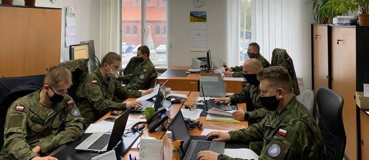 Kilkudziesięciu żołnierzy z 16. Jarocińskiego Batalionu Remontu Lotnisk pracuje w szpitalach i placówkach Sanepidu  - Zdjęcie główne