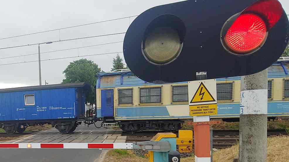 Mieszków. Rogatki podnosiły się w czasie przejeżdżania pociągu. Jest stanowisko PKP     - Zdjęcie główne