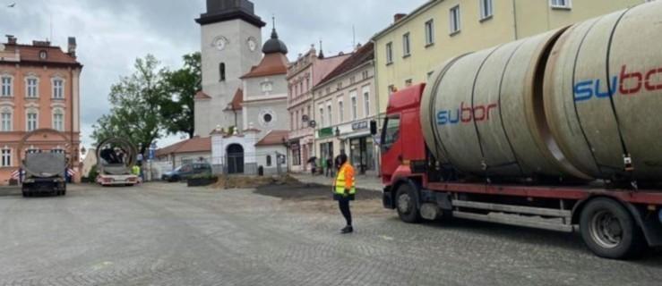 Olbrzymi zbiornik trafi pod płytę rynku w Jarocinie. Właśnie rusza budowa  - Zdjęcie główne