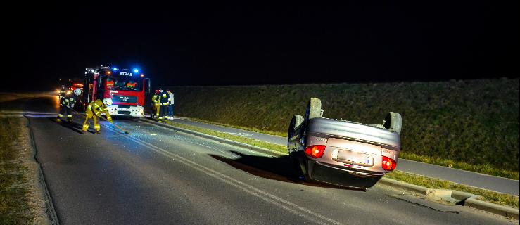 Auto osobowe dachowało na łuku drogi Jarocin - Żerków  - Zdjęcie główne