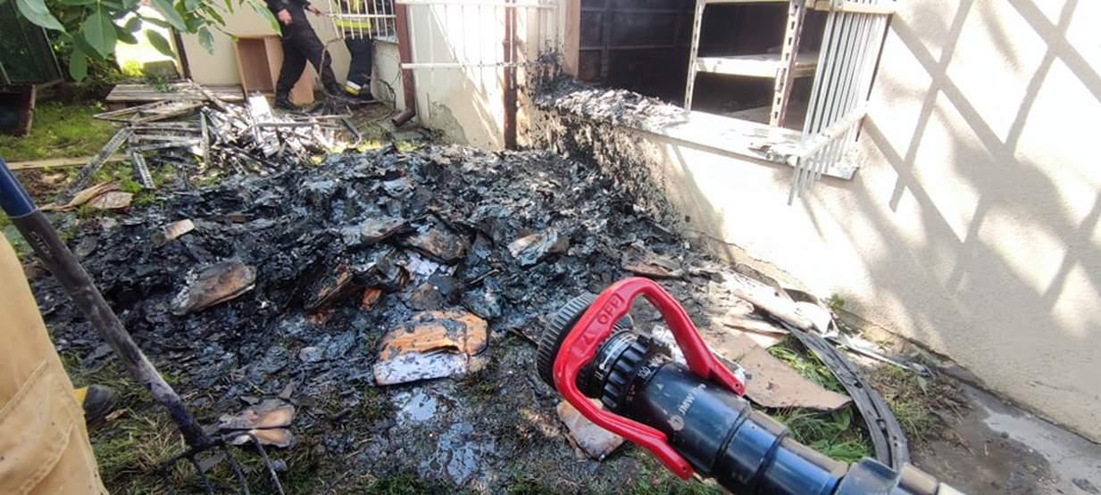 Akcja gaśnicza w budynku byłego pogotowia ratunkowego w Jarocinie [ZDJĘCIA]      - Zdjęcie główne
