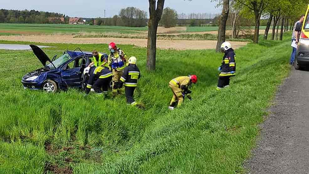 Zderzenie ciężarówki z osobówką na drodze krajowej nr 11. Peugeot zatrzymał się na polu - Zdjęcie główne