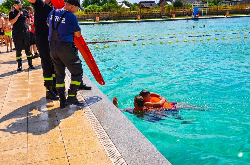 Mężczyzna tonął w basenie. Ratownicy ruszyli z pomocą [ZDJĘCIA, FILM] - Zdjęcie główne