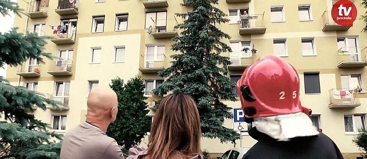 Spadł na balkon piętro niżej. Wezwano strażakow z wysięgnikiem [WIDEO] - Zdjęcie główne