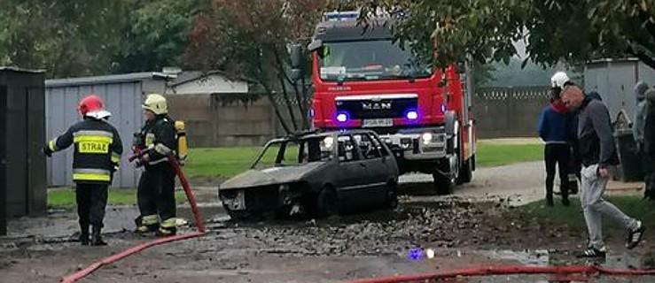 Pożar samochodu i garażu. Auto spłonęło doszczętnie  - Zdjęcie główne