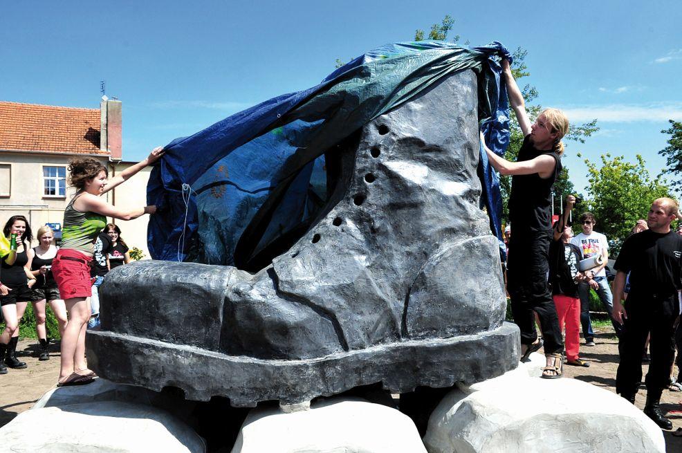 Pomnik Glana w Jarocinie ma już 10 lat. Zobacz jak wielki but stał się symbolem miasta [ZDJĘCIA i WIDEO] - Zdjęcie główne