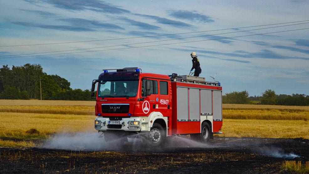 Kombajn młócił zboże, kiedy pojawił się ogień. Co zrobił operator maszyny? - Zdjęcie główne