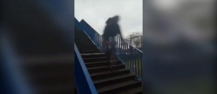 UWAGA! DRASTYCZNE WIDEO. Zjechał rowerem ze schodów na dworcu... - Zdjęcie główne