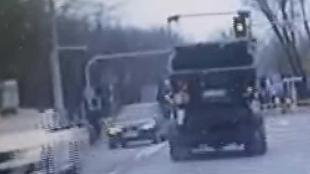 Kierowca śmieciarki za nic ma przepisy. Jedzie na czerwonym przez skrzyżowanie [WIDEO]  - Zdjęcie główne