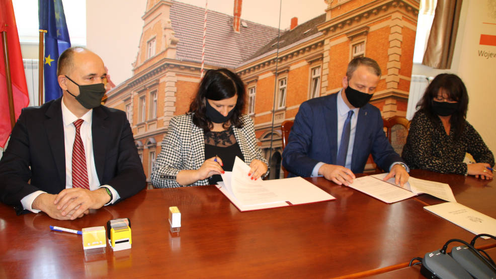 Wojewoda wielkopolski przyjechał do Jarocina podpisać umowę na przebudowę drogi - Zdjęcie główne