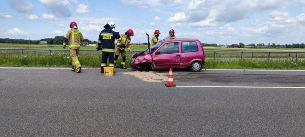 Fiat cinquecento uderzył w bariery ochronne na obwodnicy Jarocina. Kierowca uciekł z miejsca zdarzenia [ZDJĘCIA] - Zdjęcie główne