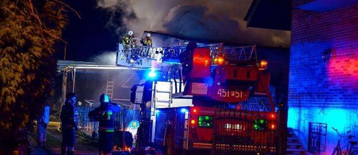 Ogień wyrządził duże straty. Spłonął budynek gospodarczy i samochód [ZDJĘCIA]  - Zdjęcie główne