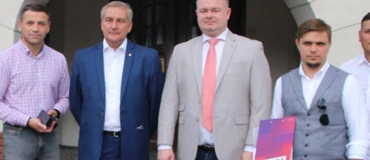 Wybory parlamentarne 2019. Jest spod Jarocina, kandyduje na posła. Czy ktoś o tym wie? - Zdjęcie główne