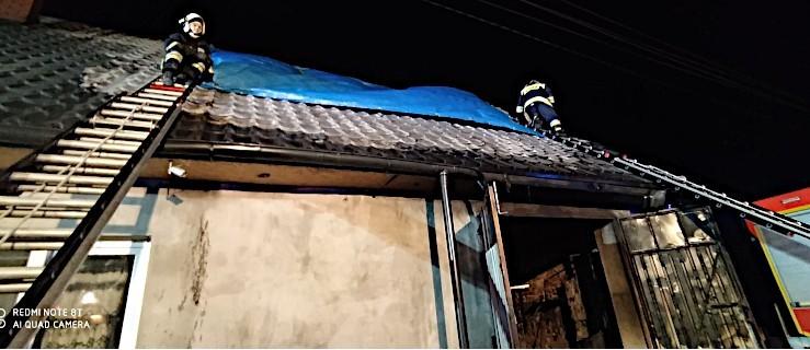 Pożar domu. Płomienie wychodzą ponad dach budynku  [AKTUALIZACJA] - Zdjęcie główne