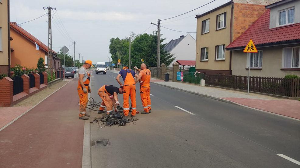 Drogowcy z młotem pneumatycznym pojawili się na nowo wybudowanej drodze Golina-Potarzyca-Rusko - Zdjęcie główne