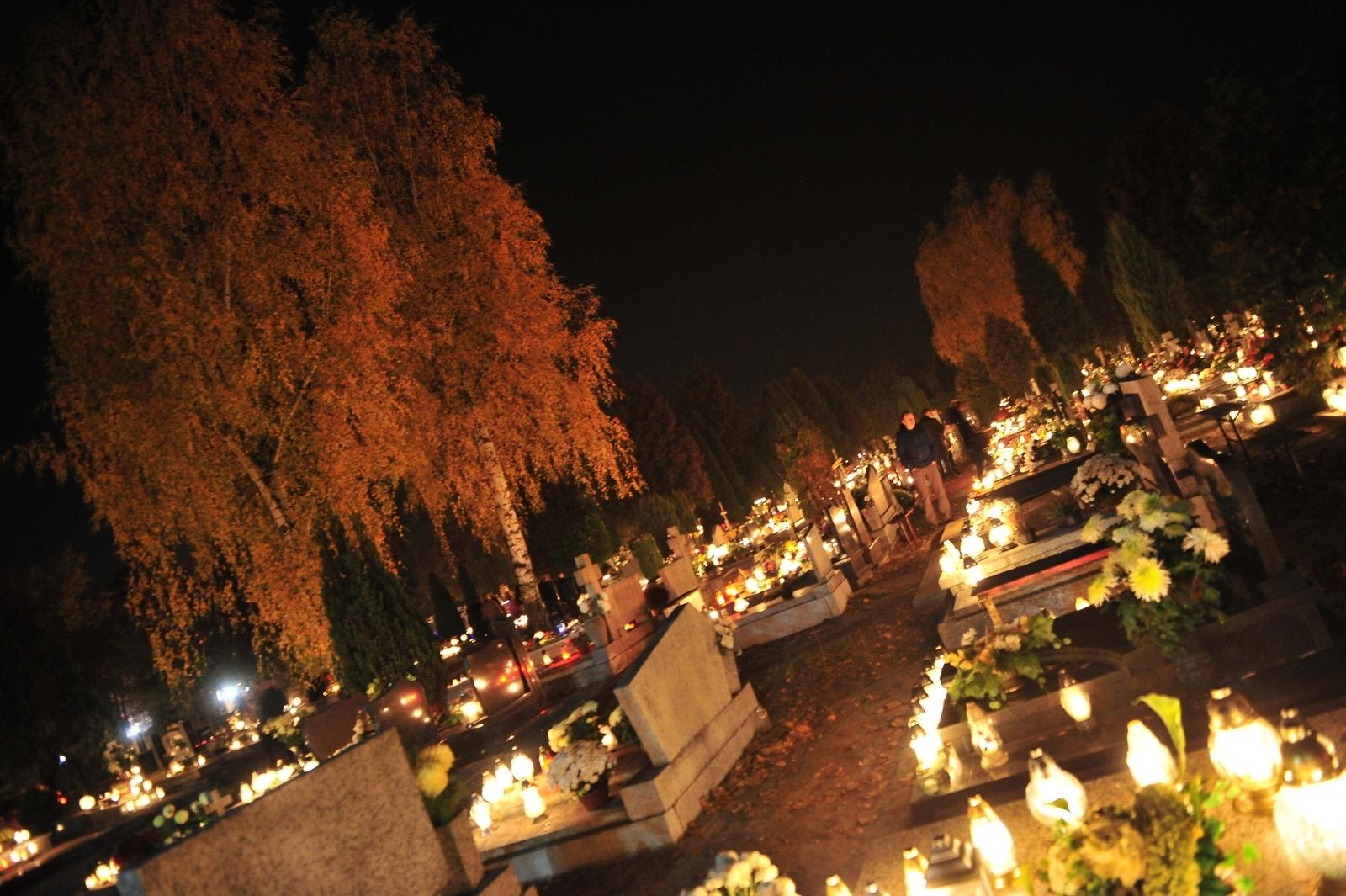 Wszystkich Świętych. Jarocińskie cmentarze 2015  - Zdjęcie główne