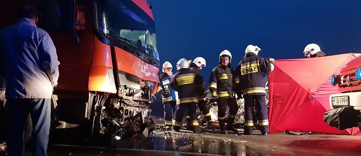 Śmiertelny wypadek na DK 11. Zderzenie auta osobowego z ciężarowym   - Zdjęcie główne