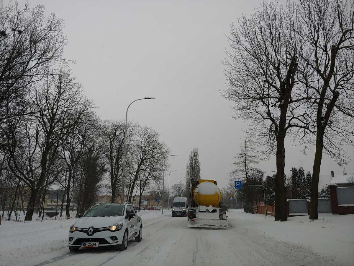 Zima 2021. Zawieje i zamiecie na drogach. Kto powinien odśnieżać, gdzie dzwonić w razie problemów [ZDJĘCIA] - Zdjęcie główne