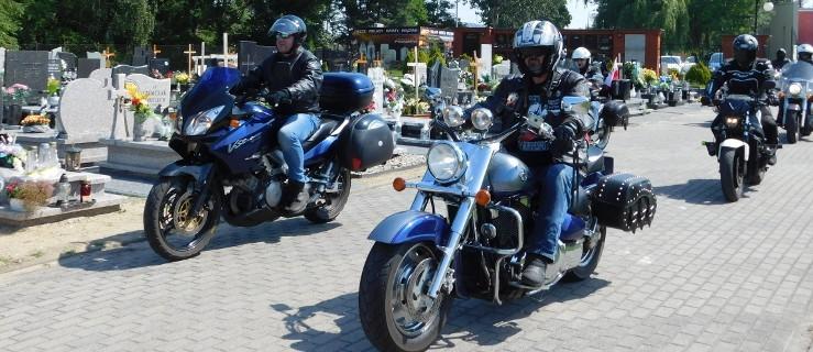 Wjechali motocyklami na cmentarz, aby odwiedzić grób żołnierza [ZDJĘCIA, WIDEO] - Zdjęcie główne