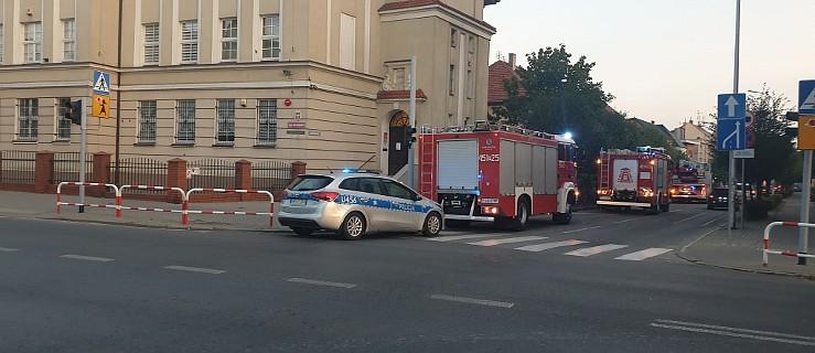 Trzy zastępy straży pożarnej skierowano do jarocińskiego sądu  - Zdjęcie główne