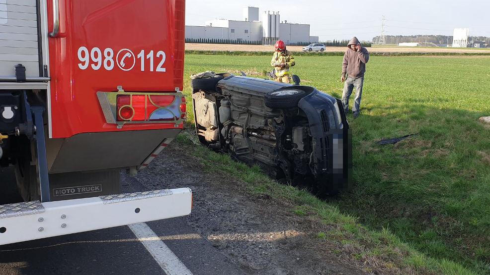 Auto wjechało do rowu przy drodze krajowej nr 15. Jedna osoba poszkodowana - Zdjęcie główne