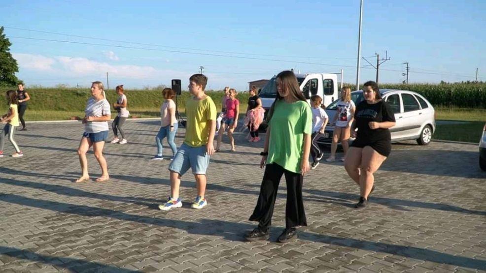 Tańczyli dla chorej Karoliny. Zobacz zdjęcia i wideo z kolejnej odsłony Jerusalema Challenge w Jarocinie  - Zdjęcie główne