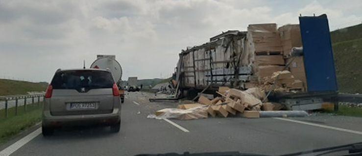 Zderzenie ciężarówek na obwodnicy Jarocina. Jeden z pojazdów staranował  bariery    - Zdjęcie główne