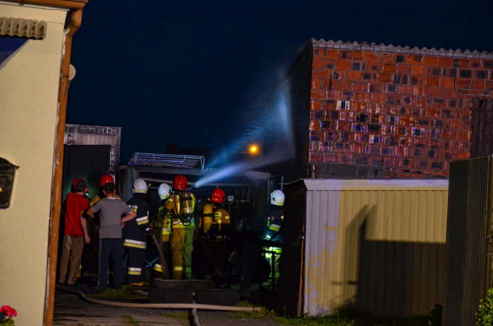 Strażacy ponad dwie godziny walczyli z pożarem garażu w Noskowie. Co było przyczyną wybuchu ognia?  - Zdjęcie główne