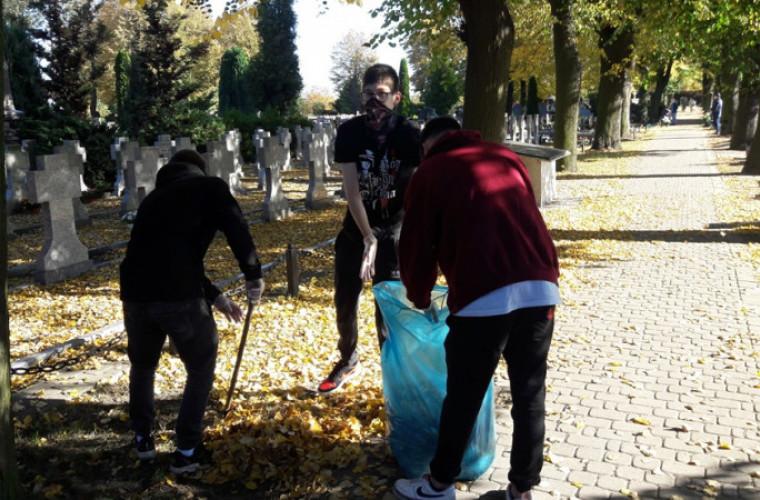 Krotoszyn. Młodzież zakasała rękawy i uporządkowała groby [FOTO] - Zdjęcie główne
