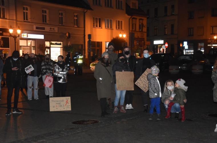 Krotoszyn. Kolejny protest kobiet. Protestujące się boją? [ZDJĘCIA] - Zdjęcie główne