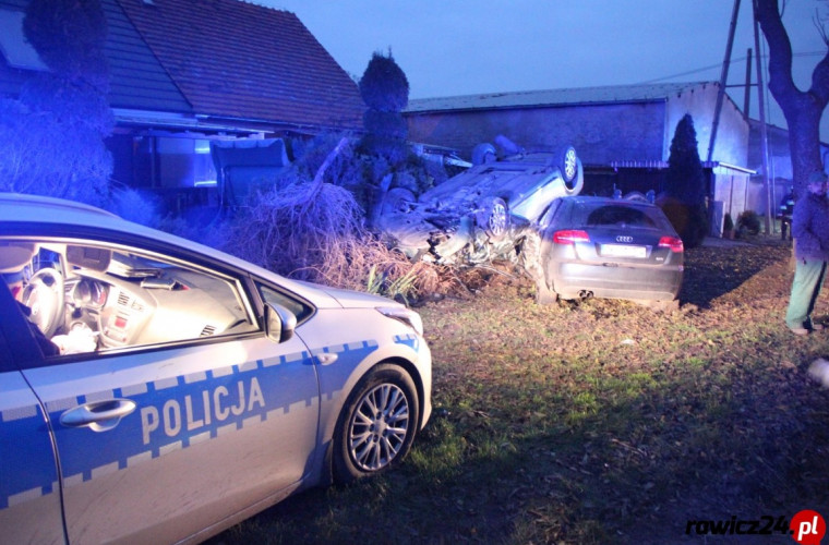 Zduny – Kobylin. Zderzenie dwóch Audi. Jeden samochód dachował [ZDJĘCIA] - Zdjęcie główne