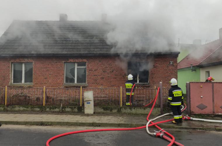 Gm. Koźmin Wlkp. Płonie dom. Na miejscu pracują strażacy [FOTO] - Zdjęcie główne