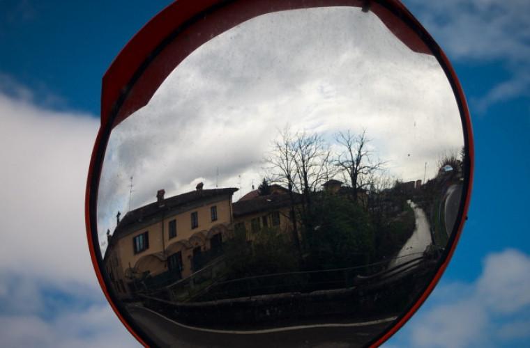 Sulmierzyce. Przy myjni stanie drogowe lustro - Zdjęcie główne