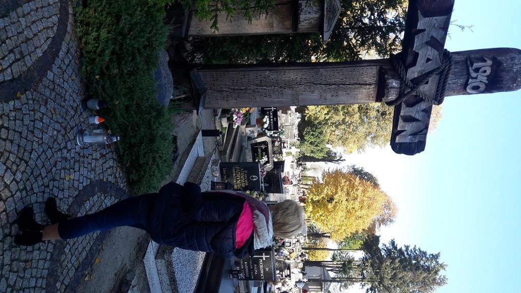 Porządkowanie grobów przez młodzież z hufca pracy - Zdjęcie główne