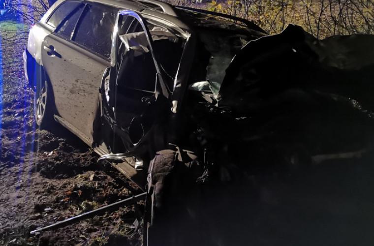 Gmina Koźmin Wlkp. Samochód osobowy uderzył w drzewo [ZDJĘCIA] - Zdjęcie główne