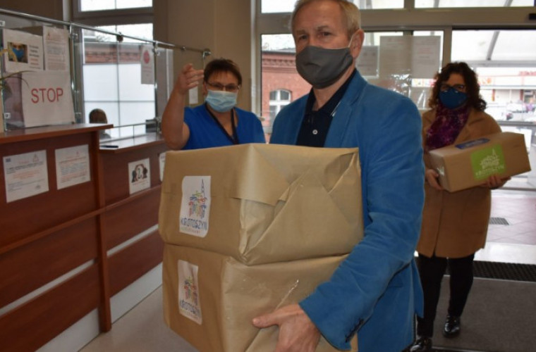Krotoszyn. Urzędnicy kupili bieliznę, środki czystości i wodę dla szpitala - Zdjęcie główne