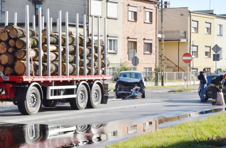 Krotoszyn. Zderzenie osobówki z ciężarówką na DK 36 [ZDJĘCIA] - Zdjęcie główne