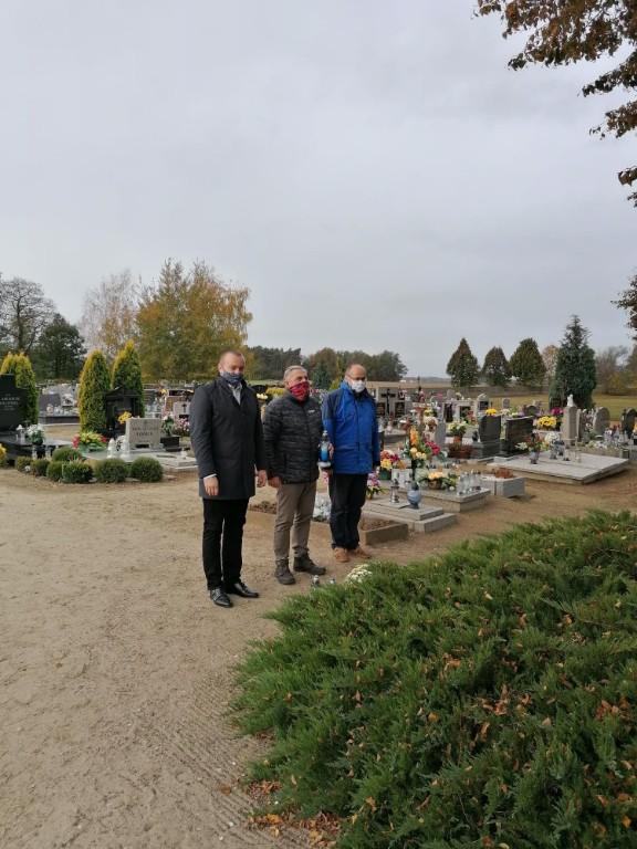 Władze Kobylina odwiedziły groby - Zdjęcie główne