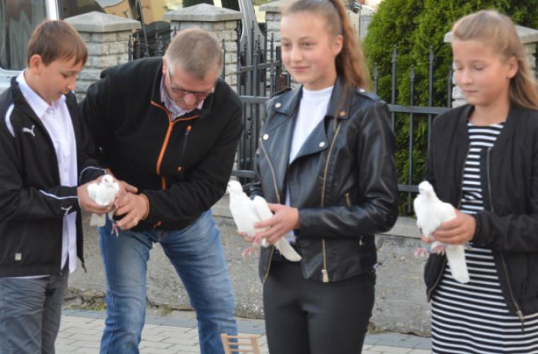 Koźmin Wlkp. Z okazji lecia szkoły, w niebo poszybowało 150 gołębi [FOTO] - Zdjęcie główne