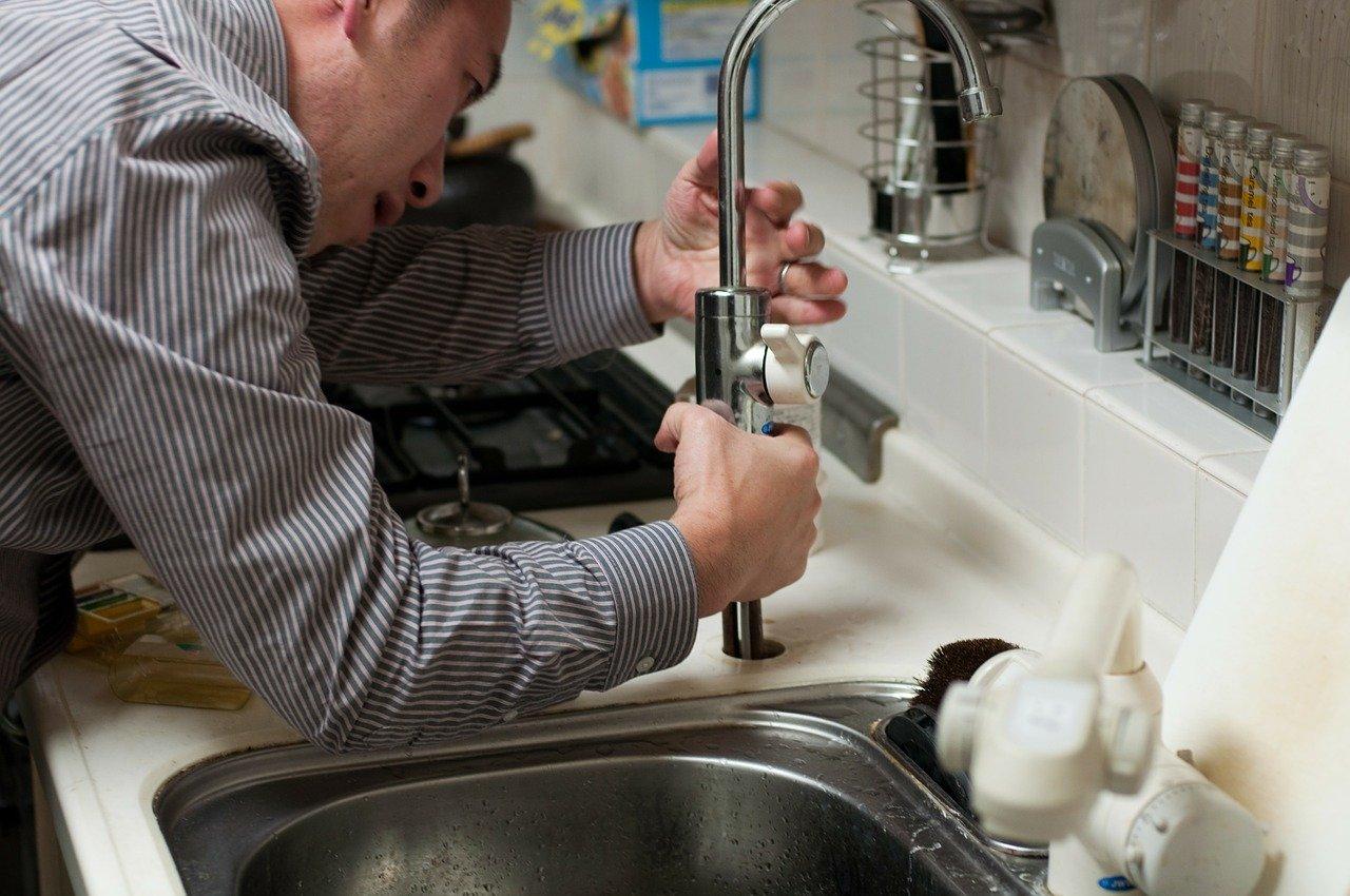 Oszuści podszywają się pod pracowników wodociągów. Zobacz, jak to robią! - Zdjęcie główne