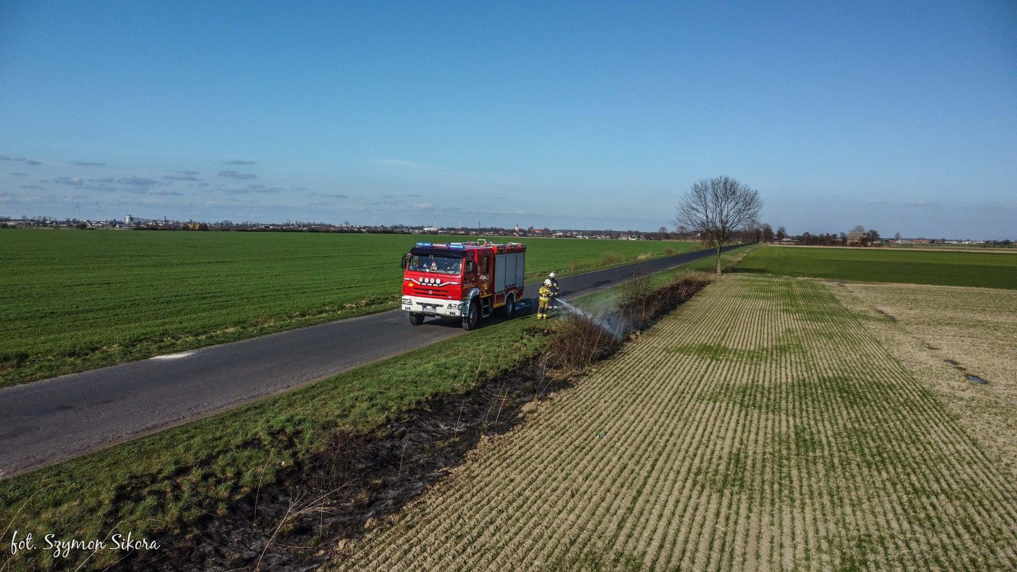 Powiat krotoszyński. Strażacy walczą z pożarami traw - Zdjęcie główne