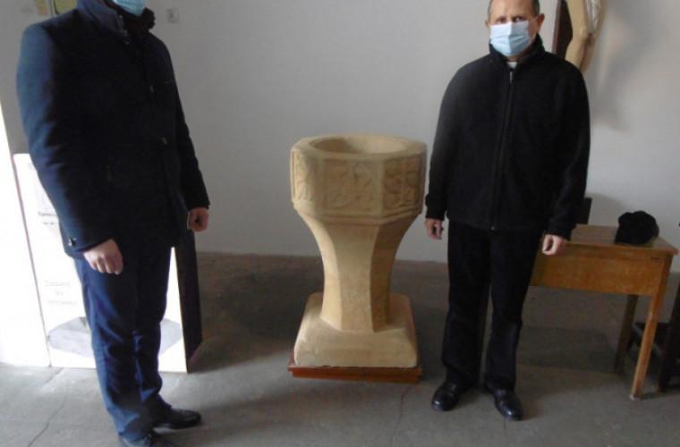Kobylin. Odnowili chrzcielnicę i kropielnicę w farze [ZDJĘCIA] - Zdjęcie główne