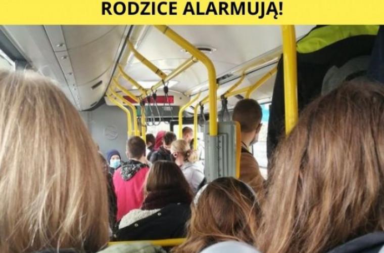 Krotoszyn – Ostrów. Mimo czerwonej strefy – ścisk w autobusie. Rodzice alarmują! - Zdjęcie główne