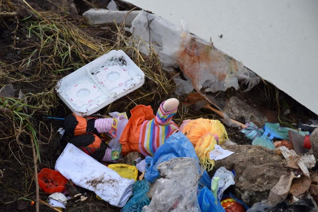 Dzikie wysypisko śmieci w Sulmierzycach - Zdjęcie główne