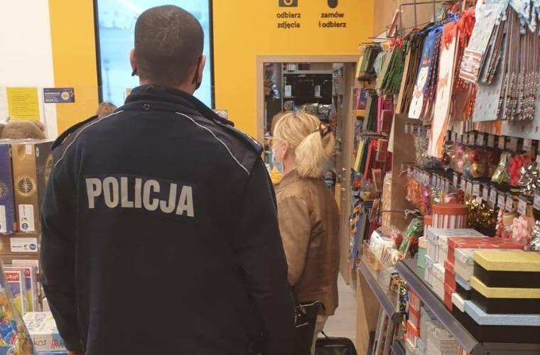 Powiat krotoszyński. Policjanci kontrolują klientów w sklepach i marketach - Zdjęcie główne