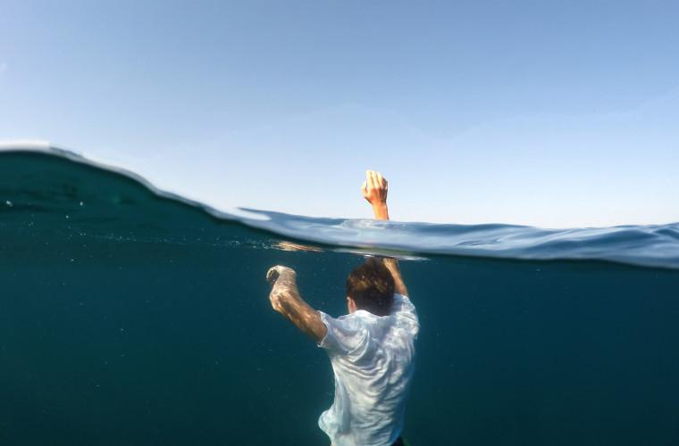 Tragedia nad wodą. Utonął w ciszy, w tłumie ludzi - Zdjęcie główne