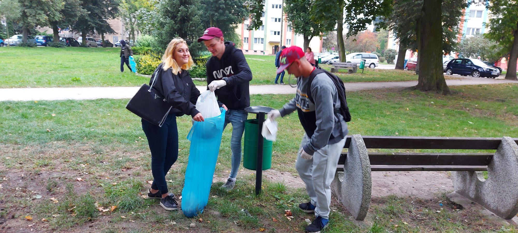 Młodzież posprzątała krotoszyńskie parki [ZDJĘCIA] - Zdjęcie główne