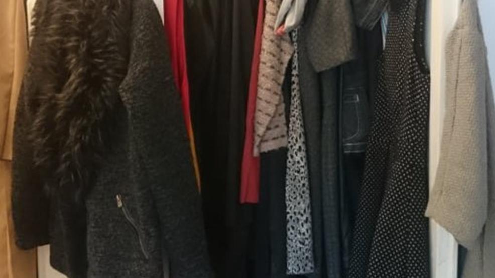 Ona wietrzy szafę na wiosnę - Zdjęcie główne