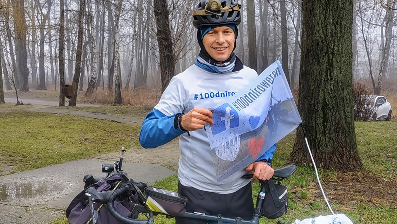 Jedzie na rowerze, walcząc z chorobą  - Zdjęcie główne