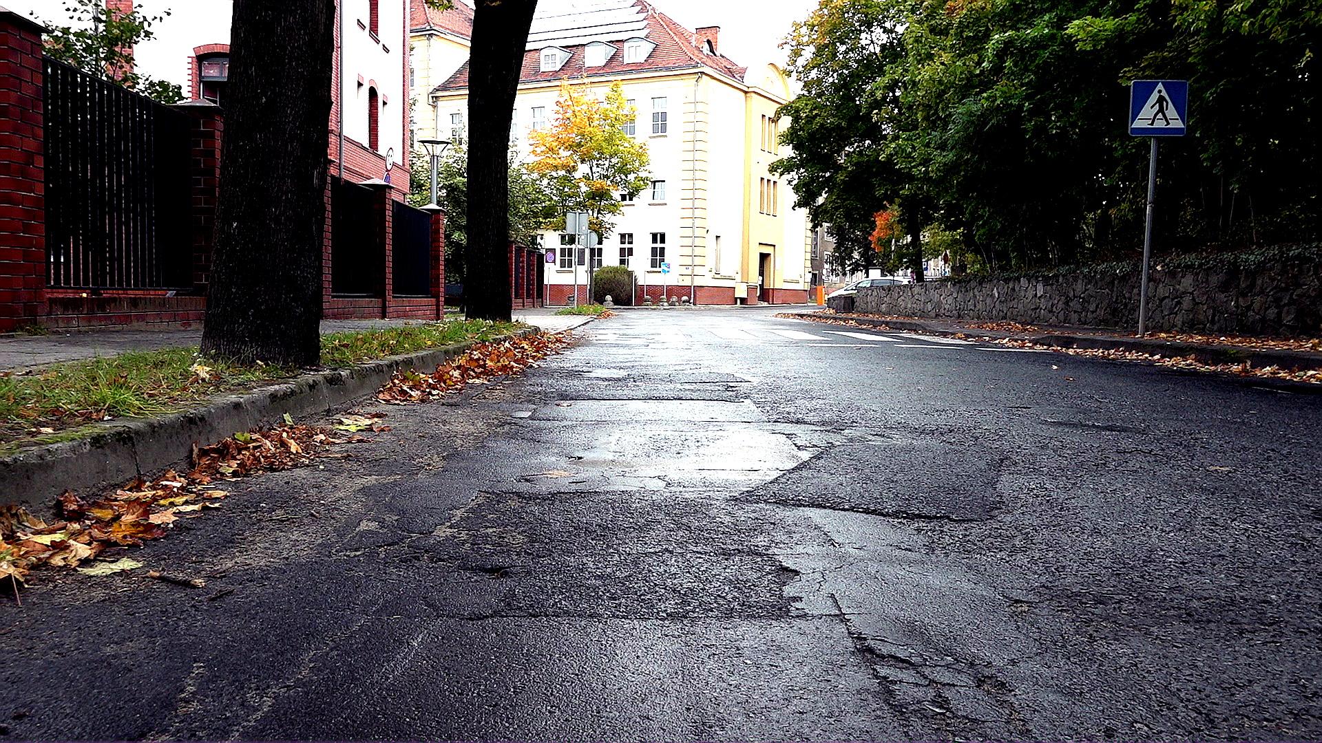 """""""Droga do szpitala, a dziury jak w serze"""". Kiedy remont Grota-Roweckiego? - Zdjęcie główne"""